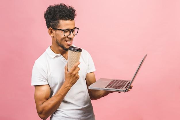 Молодой афро-американский бизнесмен с помощью компьютера