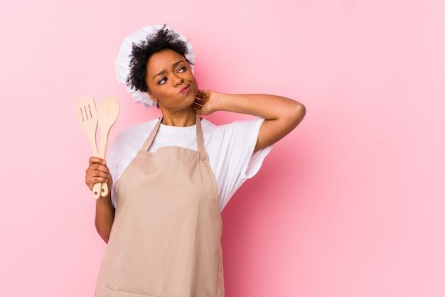 Молодой афроамериканец готовить женщина, касаясь затылок, думая и делая выбор.