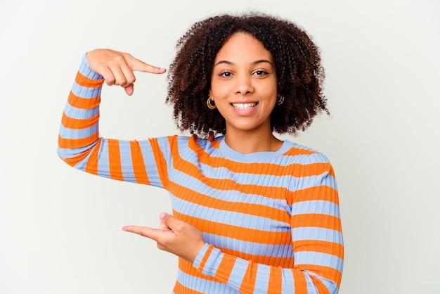 감정을 표현하는 고립 된 젊은 아프리카 계 미국인 곱슬 여자