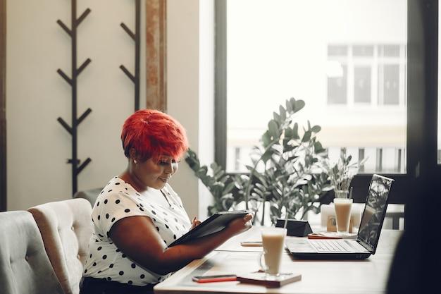 Молодые афро-американских женщин, работающих в офисе. дама в белой блузке.