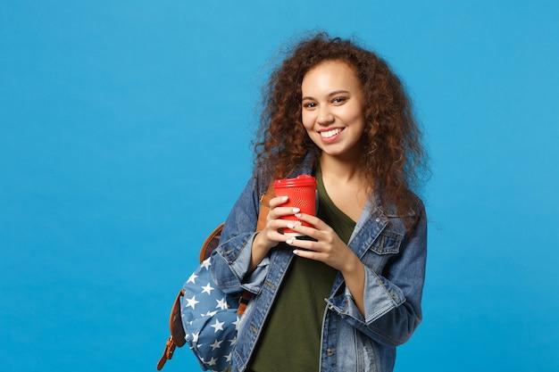 데님 옷에 젊은 아프리카 계 미국인 여자 십대 학생, 배낭 잡고 종이 컵 파란색 벽에 고립