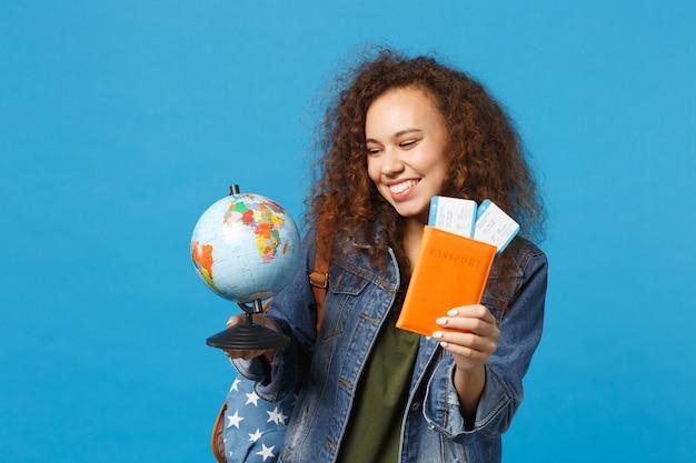 데님 옷에 젊은 아프리카 계 미국인 여자 십대 학생, 배낭 보류 패스 파란색 벽에 고립