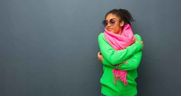 抱擁を与える青い目を持つ若いアフリカ系アメリカ人の女の子