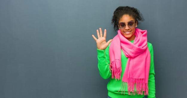 番号5を示す青い目を持つ若いアフリカ系アメリカ人の女の子