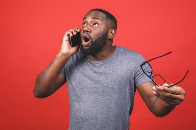 Молодой афро-американский парень в повседневной одежде держит в руках устройство для чтения клеток