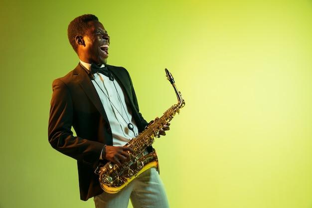 Giovane musicista jazz afro-americano che suona il sassofono