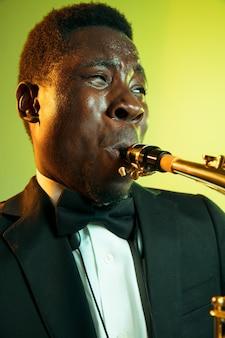 색소폰 연주 젊은 아프리카 계 미국인 재즈 음악가