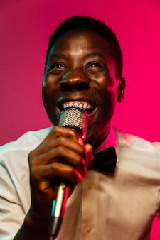 Молодой афро-американский джазовый музыкант поет песню