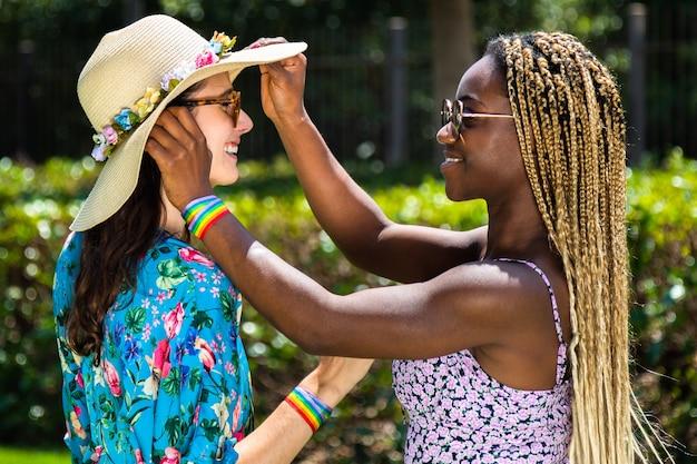Молодая афро-американская лесбиянка в парке с подругой многорасовая гей-пара лгбт