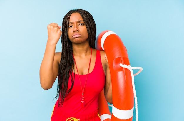 젊은 아프리카 계 미국인 라이프 가드 여자 절연 보여주는 주먹 카메라, 공격적인 표정.