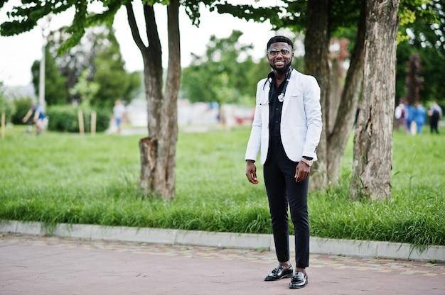 聴診器で若いアフリカ系アメリカ人男性医師は屋外ポーズしました。