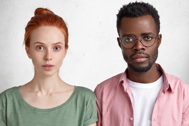 若いアフリカ系アメリカ人男性と赤髪の女性