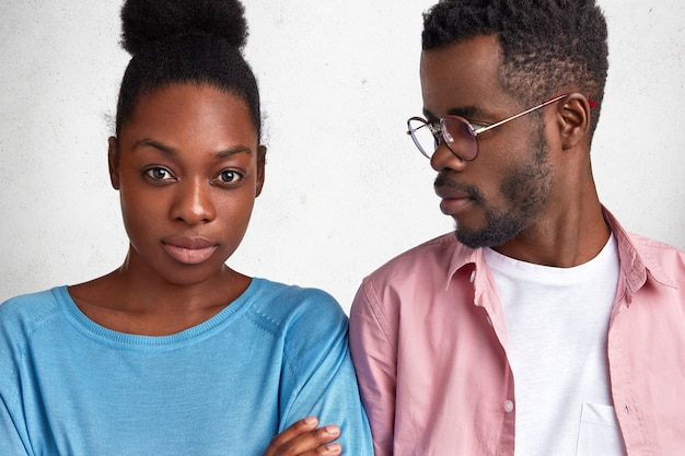 若いアフリカ系アメリカ人の男性と女性