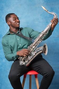 Giovane uomo afroamericano che celebra la giornata internazionale del jazz