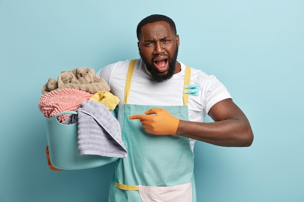 Молодой афро-американский мужчина стирает
