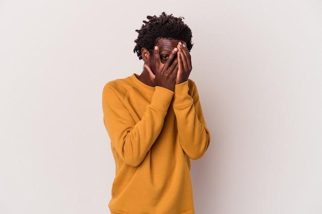 白い背景で隔離の若いアフリカ系アメリカ人の男は、おびえ、神経質な指を点滅します。