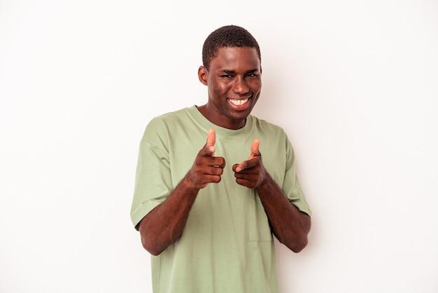 正面を指している白い背景の陽気な笑顔で孤立した若いアフリカ系アメリカ人の男。