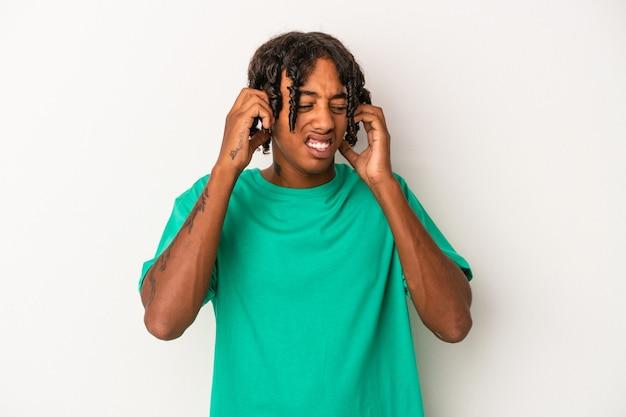 手で耳を覆う白い背景で隔離の若いアフリカ系アメリカ人の男。