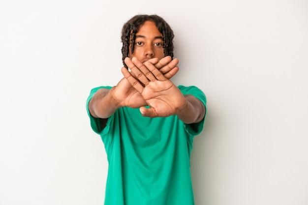 拒否ジェスチャーをしている白い背景で隔離の若いアフリカ系アメリカ人の男