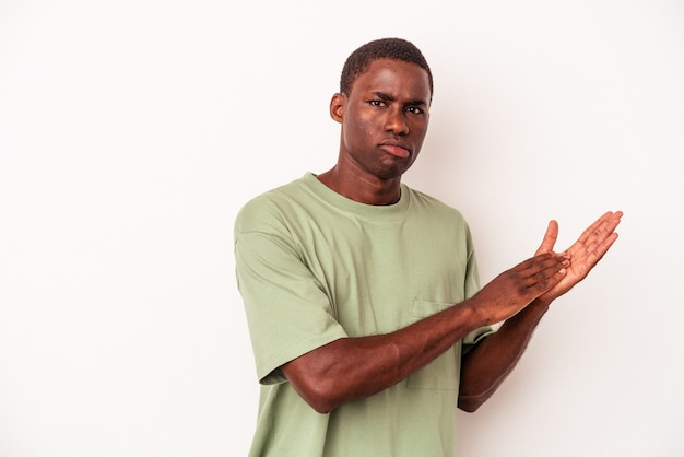 흰색 배경에 격리된 젊은 아프리카계 미국인 남성은 활기차고 편안하며 손을 비비며 자신감을 갖고 있습니다.