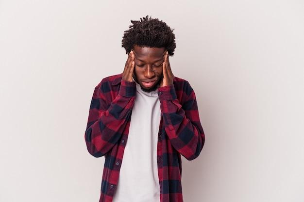 顔の正面に触れて、頭痛を持っている白い背景で隔離の若いアフリカ系アメリカ人の男。