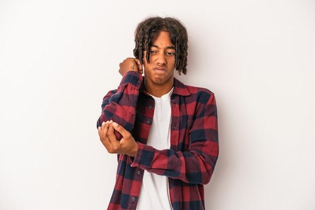 ストレス、マッサージ、手で首の痛みのために首の痛みを持っている白い背景で隔離の若いアフリカ系アメリカ人男性。