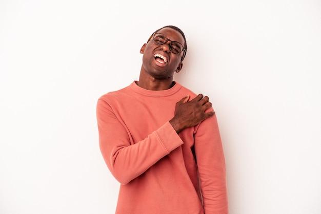 肩の痛みを持っている白い背景で隔離の若いアフリカ系アメリカ人の男。