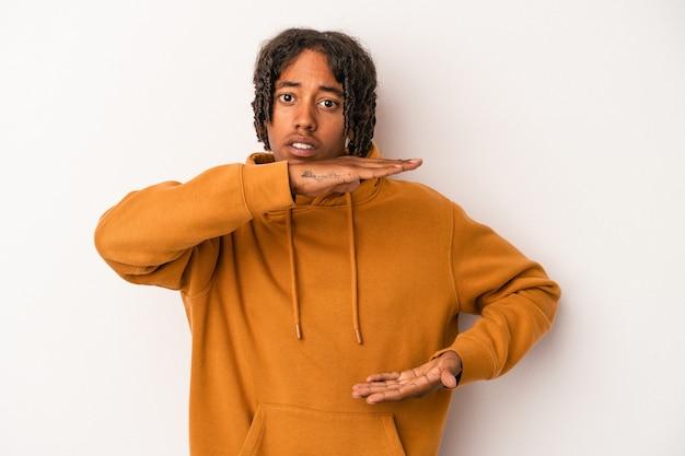 両手で何か、製品のプレゼンテーションを保持している白い背景で隔離の若いアフリカ系アメリカ人の男。