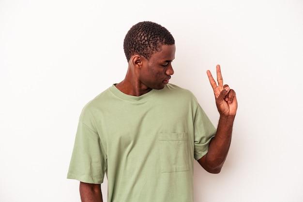 指で平和のシンボルを示す楽しくてのんきな白い背景で隔離の若いアフリカ系アメリカ人の男。