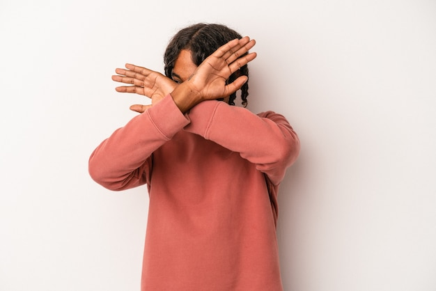 若いアフリカ系アメリカ人の男は、2つの腕を交差させたまま、白い背景で隔離、概念を否定します。