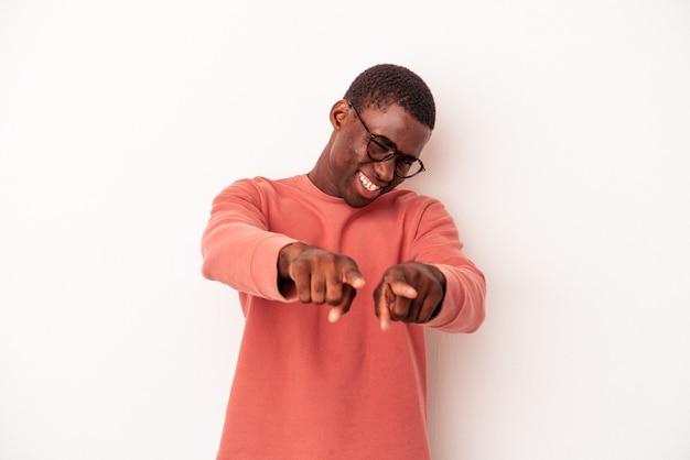 指で正面を指している白い背景で隔離の若いアフリカ系アメリカ人の男。