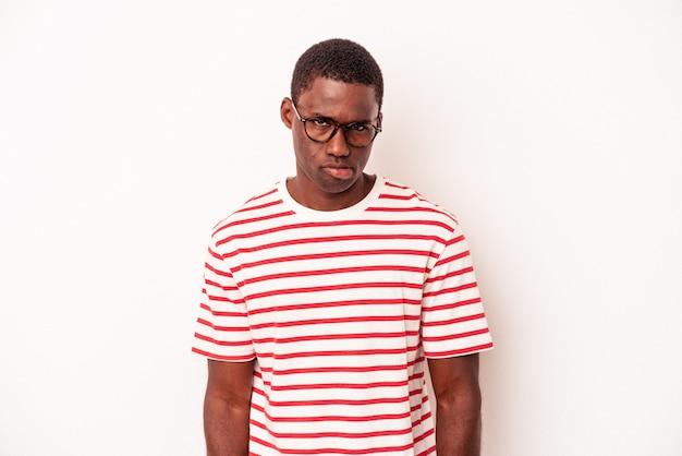 흰색 배경에 격리된 젊은 아프리카계 미국인 남자는 슬프고 심각한 얼굴로 비참하고 불쾌감을 느낍니다.