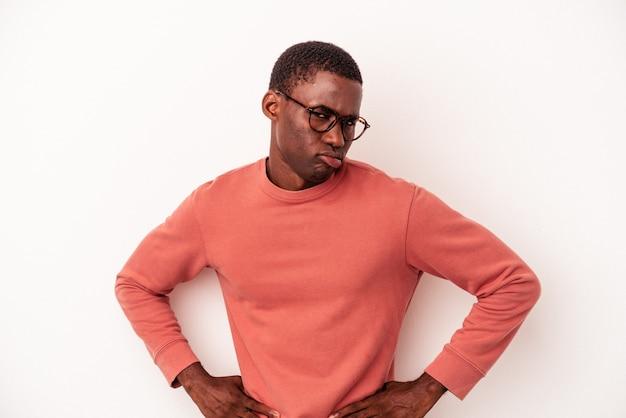 흰색 배경에 격리된 젊은 아프리카계 미국인 남자는 슬프고 심각한 얼굴로 비참하고 불쾌해합니다.
