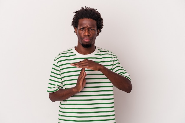 タイムアウトジェスチャーを示す白い背景で隔離の若いアフリカ系アメリカ人の男。