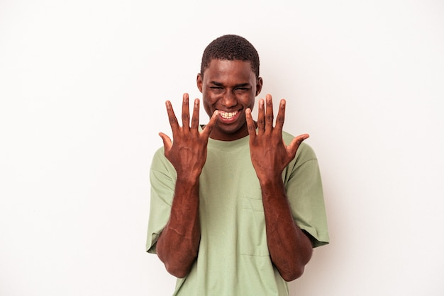 手で10番を示す白い背景で隔離の若いアフリカ系アメリカ人の男。