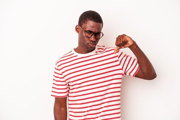 親指を下に、失望の概念を示す白い背景で隔離の若いアフリカ系アメリカ人の男。