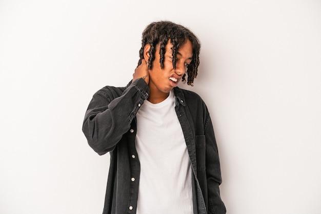 座りがちな生活習慣のために首の痛みに苦しんでいる白い背景で隔離の若いアフリカ系アメリカ人男性。