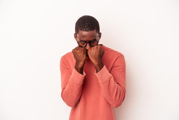 흰색 배경에 격리된 젊은 아프리카계 미국인 남자는 펀치, 분노, 논쟁, 권투로 인해 싸우고 있습니다.