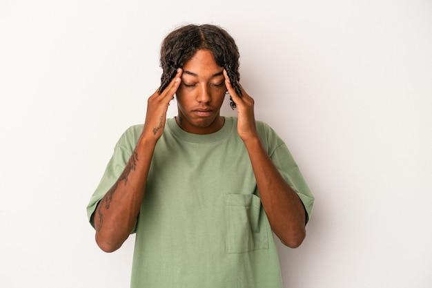 寺院に触れて頭痛を持っている白い背景で隔離の若いアフリカ系アメリカ人の男。