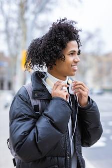 音楽を聴いている若いアフリカ系アメリカ人の男