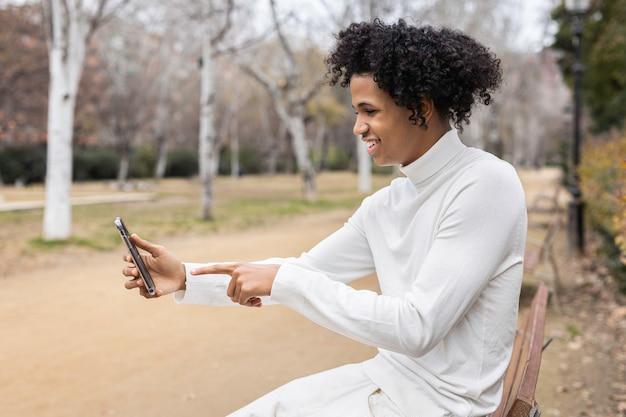 영상 통화를하는 젊은 아프리카 계 미국인 남자