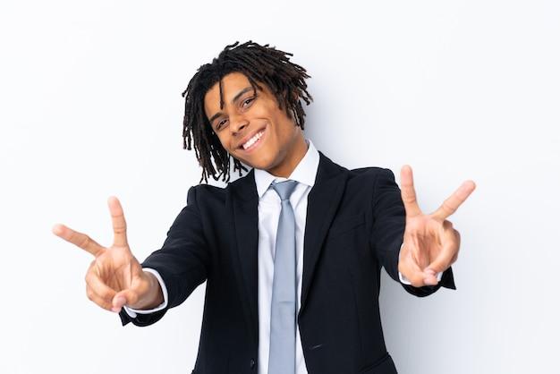 壁を越えて若いアフリカ系アメリカ人の男