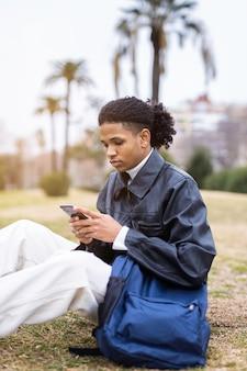電話で話している若いアフリカ系アメリカ人の男 Premium写真