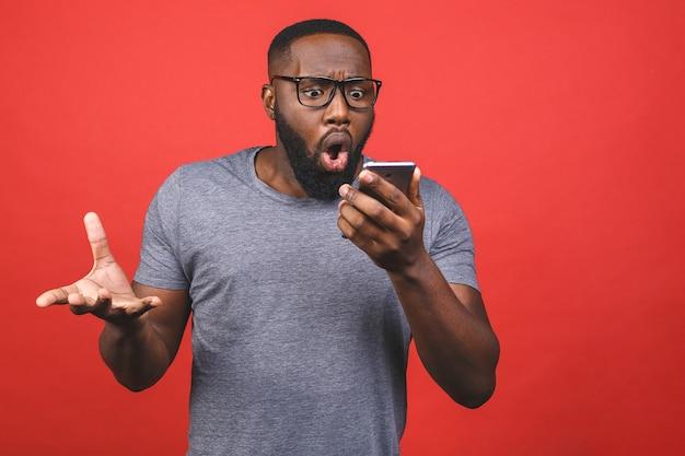 スマートフォンを使用して若いアフリカ系アメリカ人の男はストレス、怒り、不満