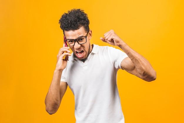 Молодой афро-американский мужчина с помощью смартфона подчеркнул
