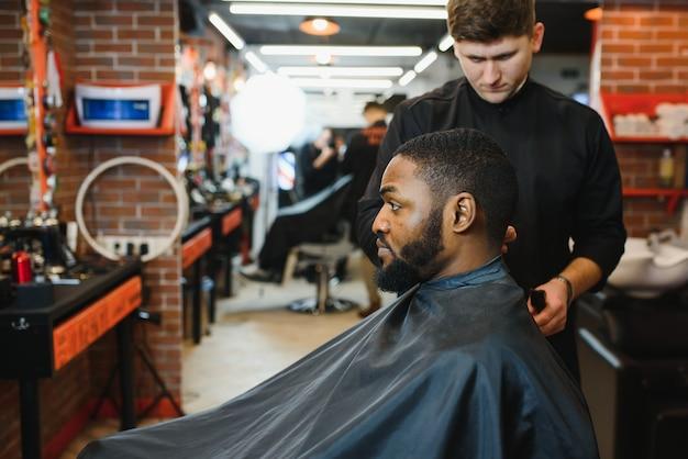 理髪店を訪れるアフリカ系アメリカ人の若者