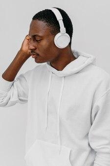 Giovane uomo afroamericano che indossa una felpa con cappuccio bianca