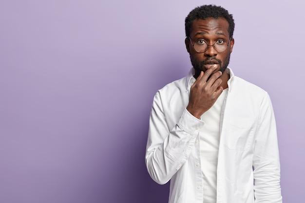 Молодой афро-американский мужчина в белой рубашке