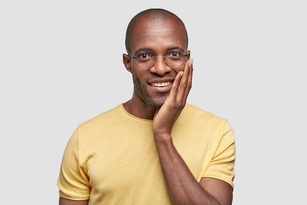 黄色のtシャツを着ている若いアフリカ系アメリカ人の男