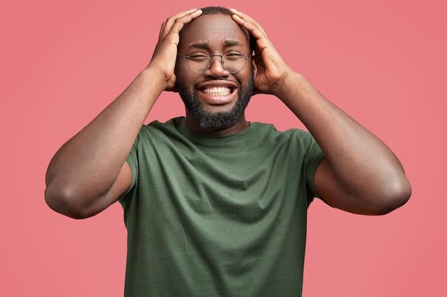 Молодой афро-американский мужчина в круглых очках